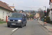 Semafory, stavební stroje, frézy, bagr, dělníci i omezující dopravní značky. Tak vypadá ulice Chrastěšovská ve Vizovicích. Je zde prováděna rozsáhlá rekonstrukce vozovky