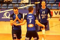 Zlínští volejbalisté (v modrých dresech) prohráli ve 2. kole mužské extraligy s Ústí nad Labem 1:3 a v tabulce jsou poslední. Na snímku je Michal Čechmánek.