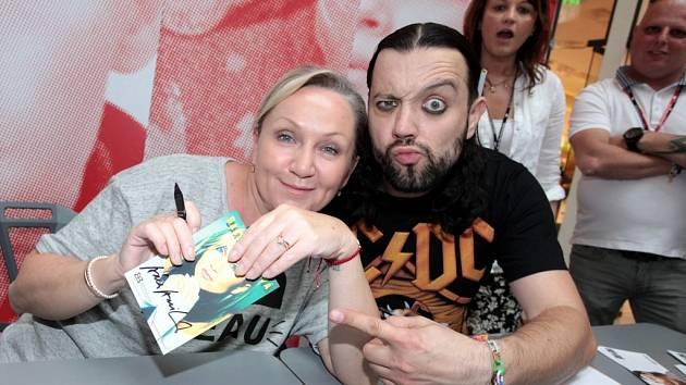 FILM FEST ZLÍN 2014: Autogramiáda Bára Basiková a Rudy z Ostravy v obchodním centru Zlaté jablko ve Zlíně.
