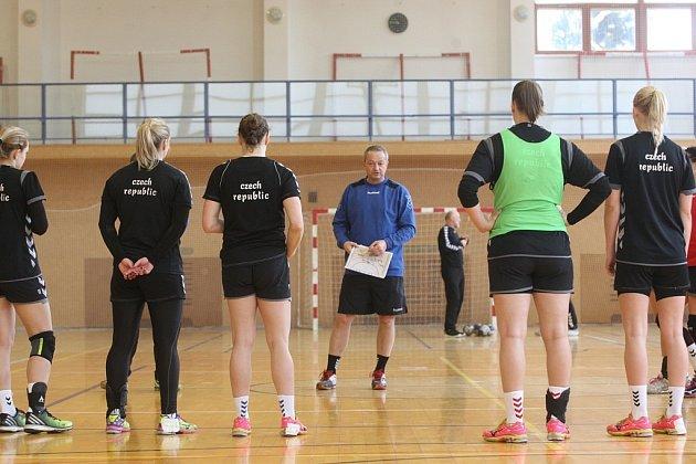 Příprava reprezentantek ČR v házené ve sportovní hale v Luhačovicích.