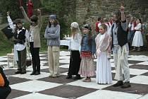 NA ŠACHOVNICI. Děti si pro návštěvníky brumovského hradu připravily scénku o pirátech. Předvedly ji na obří šachovnici.