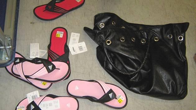 Dvaadvacetiletá dívka si chtěla bez placení odnést tři páry značkové letní obuvi.