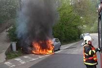 Auto pohltily plameny, zbyl z něj vrak