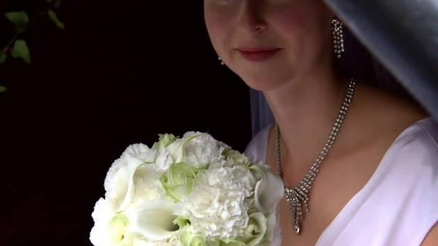 Kytici nevěsty tvořilo šest bílých růží, pět kal a třináct karafiátů