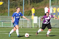 Šestnáctiletá šikovná záložnice divizního Fastavu Zlín Zuzana Navrátilová (na snímku vlevo) ve fotbale působí i jako rozhodčí. Po boku kolegů řídí také zápasy mužů.