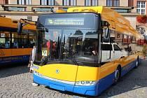 TROLEJBUS ŠKODA 26TR SOLARIS. Baterie jsou umístěny v zadní části vozu. Cena je asi 12,7 milionu korun.