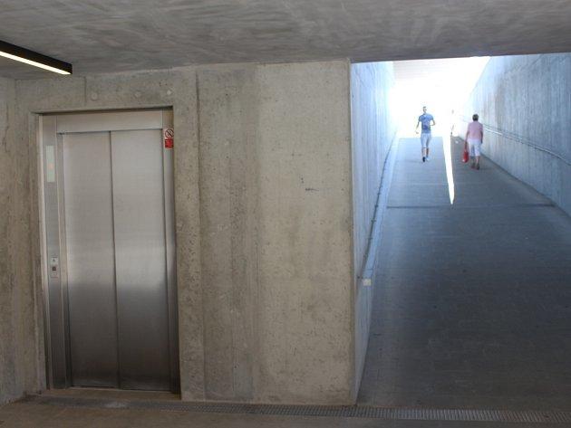 Výtah pro hendikepované, maminky s kočárky, případně pro ty, kterým se do schodů nechce.