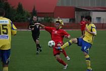 Zlatý bod. Pro Hulín byla remíza se Zlínem B zázračným ziskem. O míč bojují domácí Svatopluk Kadlec (v červeném) a Lukáš Holík.