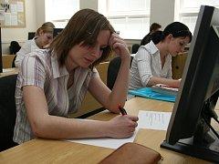 VČEREJŠÍ DOPOLEDNE NA OBCHODNÍ AKADEMII. Středoškoláci svou písemnou práci z českého jazyka napsali na počítači, pak ji vytiskli a přinesli vyučující.