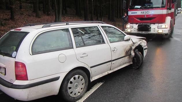U Zádveřic na Zlínsku se srazila dvě osobní auta a náklaďák