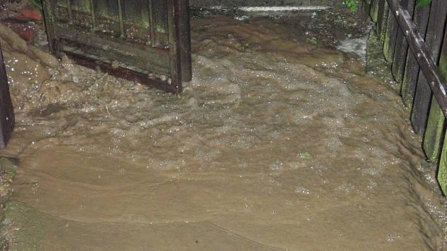 Hasiči v oblasti Valašských Klobouk opakovaně vyjížděli na pomoc občanům po zaplavení několika sklepů domů a k dalším ohrožujícím stavům.