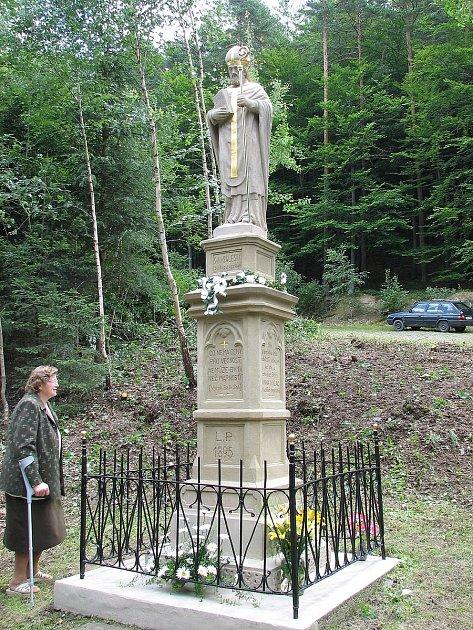 VProvodově opravují poničenou sochu sv. Františka Saleského. Někdo ji chtěl vloni ukrást a přitom ji poničil. Foto: archiv OÚ Provodov
