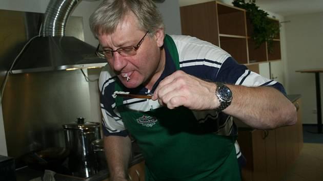 Generální manažer hokejistů Zlína Miroslav Michalovský při vaření oběda, který hráčům slíbil za více než dvoubrankové vítězství nad Mladou Boleslaví (Zlín nakonec vyhrál 5:2).
