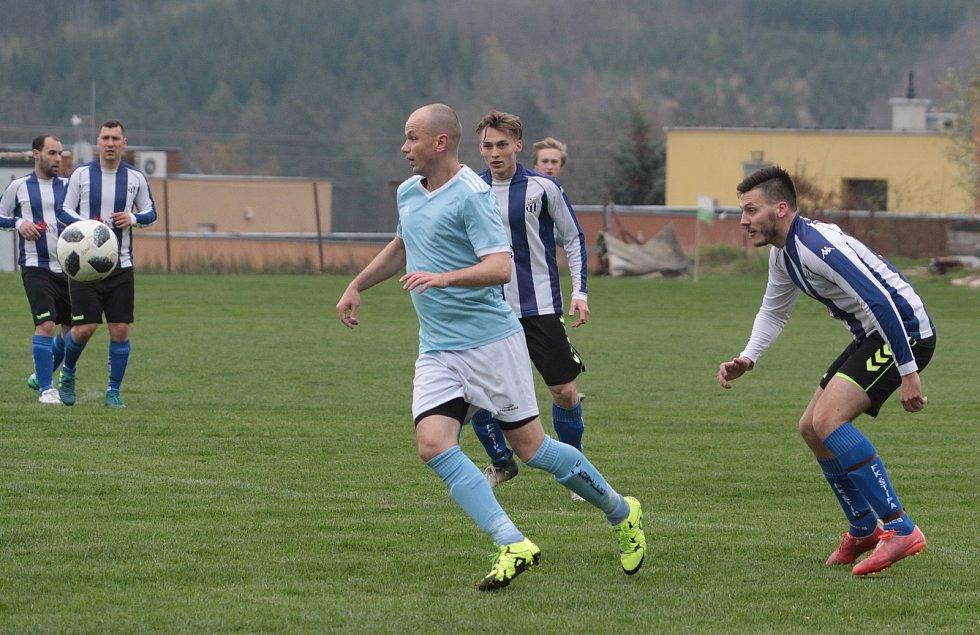 Fotbalisté Kostelec (světle modré dresy) v derby zdolali Štípu 2:1 na penalty.