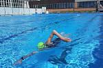 Vyhřívaný venkovní bazén Lázně Zlín. Přivítal první koupající i děti z plaveckého oddílu.