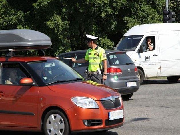Dopravní policisté se ve středu 20. června ve Zlíně utkali v soutěži o nejlepšího regulovčíka dopravy. Jedním z jejich úkolů bylo řídit dopravu v křižovatce u výjezdu na Vizovice.