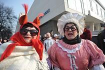 Nejenom herci zlínského městského divadla, ale i další lidé na sebe v sobotu 11. února navlékli tradiční masopustní masky, aby se pak společně v průvodu vydali centrem města a pak společně pochovali basu.
