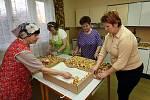 Hostětínské hospodyňky v neděli 21. března – den před příjezdem britského korunního prince Charlese – pekly vdolečky. Ženy by koláče během návštěvy měly princi osobně nabídnout.