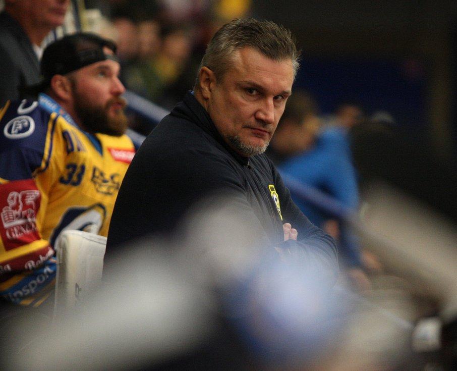 Extraligoví hokejisté PSG Berani Zlín (ve žlutém) v úterní předehrávce 11. kola podlehli pražské Spartě.  Na snímku Martin Hamrlík.