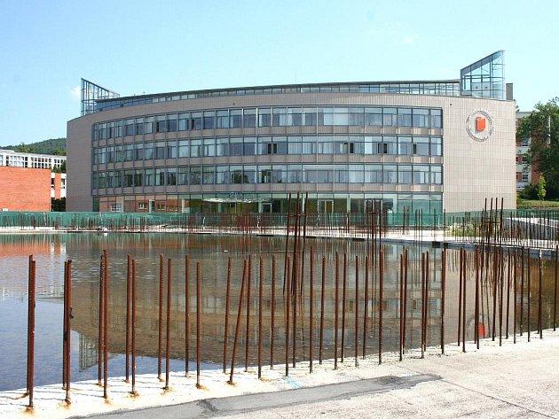 INSPIRATIVNÍ JEZERO. Právě voda, která se objevila po deštích na horní části rozestavěného KUCu, inspirovala architektku k unikátní myšlence zapracovat do budovy i bazén.