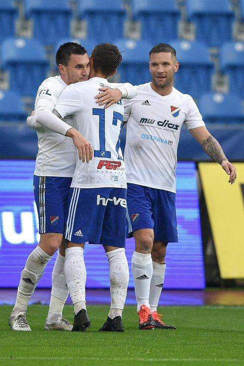 Utkání 12. kola první fotbalové ligy: Baník Ostrava - Fastav Zlín, 5. října 2019 v Ostravě. Na snímku (zleva) Rudolf Reiter a Martin Fillo a Milan Jirásek.