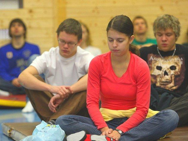 Ukázky canis terapie a jógy na zlínském gymnáziu.
