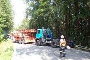 Kuriózní záchranná akce se odehrála v pondělí odpoledne na silnici u obce Jasenná na Zlínsku. Hasiči na místo vyjížděli k vyproštění tatrovky ze srázu, druhá pomáhala při jejím zajištění a třetí pak zajistila vyproštění.