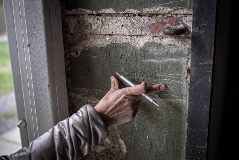 Zeď z jednoho nezničeného skladů měří 50cm, 3. května 2021. Ve Vrběticích v roce 2014 explodoval muniční sklad. Po sedmi letech vyšlo najevo podezření na zapojení ruské tajné služby (GRU a SVR) do výbuchu.