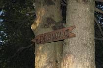 Ke kapličce se zázračným pramenem odkazuje dřevěný ukazatel.