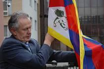 Ráno 10. března vyvěsil náměstek zlínské primátorky Miroslav Šenkýř tibetskou vlajku.