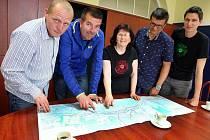 """Akce """"Káva na triko"""" na městském úřadě ve Zlíně.  Diskuse o cyklodopravě ve Zlíně nad mapou."""