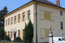 Racková je mezi Zlínem a Holešovem první hanáckou obcí.  Na snímku je budova základní školy.