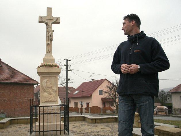 Foto - Zastupitelstvo Doubrav dbá na to, aby v obci byla důstojná místa k rozjímání. Nedávno tam například opravili starý kamenný kříž.
