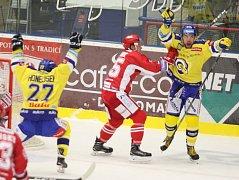 Hokejisté Aukro Berani Zlín (ve žlutém) proti Třinci. Radost Bukartse z prvního gólu.