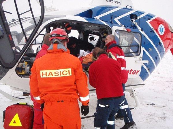 Záchrana osob ze zříceného stavebního jeřábu vOtrokovicích.