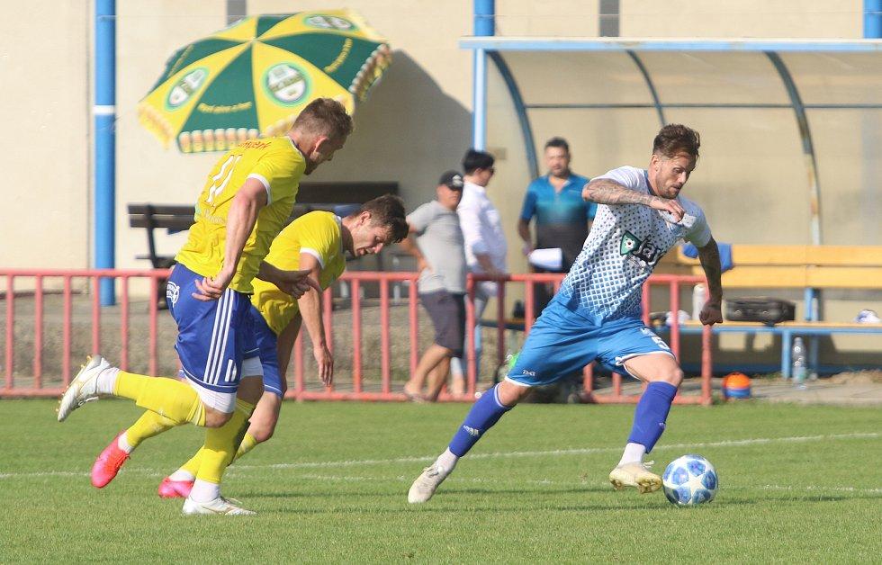Fotbalisté Otrokovic (v modrobílých dresech) nedali šanci diviznímu Šumperku.