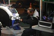 Noční servis po skončení sobotní první etapy 48. ročníku Barum Czech Rally Zlín.