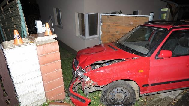 Muž bez řidičáku a s téměř pěti promile v dechu narazil ve Vizovicích do aut a sloupů u domů.