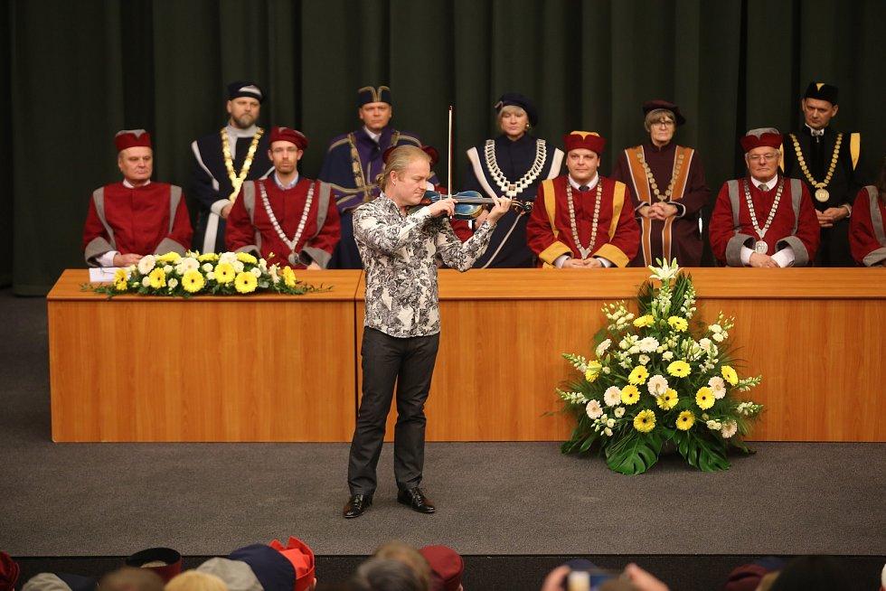 Slavnostní inaugurace rektora  Univerzity Tomáše Bati ve Zlíně Vladimíra Sedlaříka. Houslový virtuos Pavel Šporcl přednesl hudební blahopřání Pocta Paganinimu.