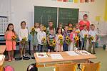 Slunečnicemi zahajovaly školní rok děti ve Fryštáku. 1.B a paní učitelka Mgr. Pavlína Dračková