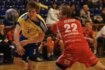 Extraligoví házenkáři Zlína (ve žlutém) v úvodním zápase série hrané pohárovým způsobem o 9. místo doma podlehli Jičínu 22:30.