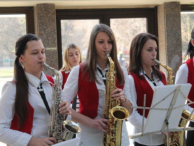 Luhačovický saxofonový orchestr, složený ze samých dívek. Věkové složení orchestru je od základní do střední školy. Jedná se o jediný orchestr svého druhu v ČR.