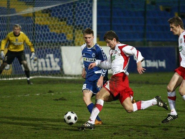Filip Rýdel (s míčem) uniká Bořku Dočkalovi.