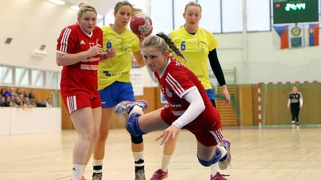 Házenkářky Veselí nad Moravou (v červených dresech) zakončily interligový ročník výhrou nad Zlínem 20:18. Oba týmy se ještě dvakrát utkají v play-out.