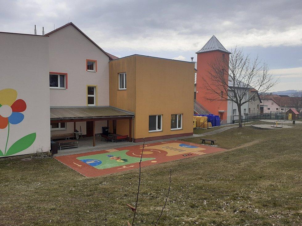 Obec Veselá na Zlínsku. Základní škola .