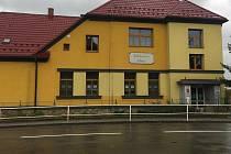 Dopravní situace před školou ve Vlachovicích na Zlínsku
