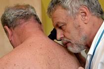 Ve zlínské Baťově nemocnici včera v rámci Evropského dne melanomu vyšetřovali zdarma znamínka a pigmentové skvrny na kůži.