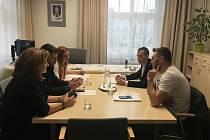 Zakladatelé skupiny I pes je město Zlín? se sešli s primátorem v debatě nad novou vyhláškou, omezující volný pohyb psů ve Zlíně.