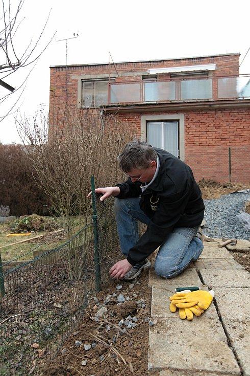 Vladimír Glabazňa ze zlínské Lesní čtvrti využil slunečného počasí k opravě plotku na zahradě u domu; sobota 27. března 2021