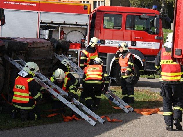 Hasiči cvičili zásah při nehodě autobusu a dvou automobilů